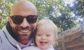 Un padre gay soltero adopta a una bebé Síndrome de Down rechazada por 20 familias.