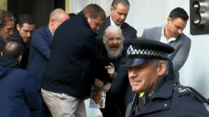 Libertad Down, Julian Assange es detenido por la fuerza bruta