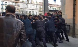 Un acto de Vox termina con enfrentamientos con colectivos antifascistas