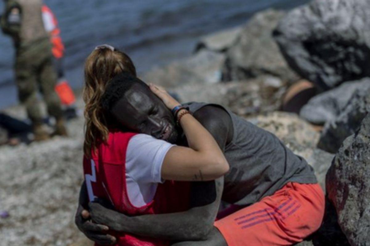 El abrazo de una voluntaria de la Cruz Roja a un inmigrante | La historia detrás de la imagen que desató una ola de acoso en redes sociales