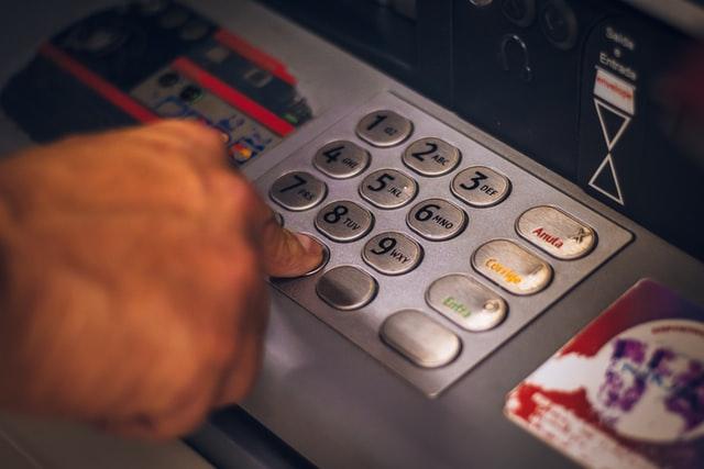 ¿No es esto un robo?   Banca española quitará a sus usuarios hasta 240 euros al año por tener una cuenta